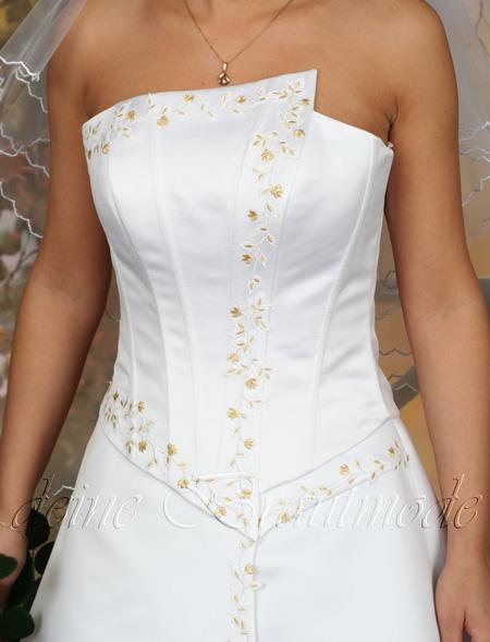 Modische brautkleid wird aus edlem satin angefertigt die corsage und
